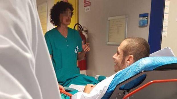 L'arrivo di Valentino Rossi all'ospedale di Ancona, dove è stato operato