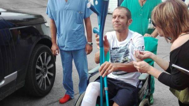 Valentino Rossi esce dall'ospedale (Foto Alberto Bignami)