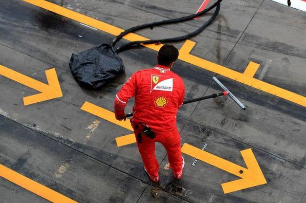 Al lavoro per pulire la pista (Afp)