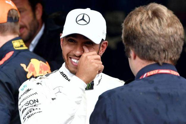 La gioia di Hamilton dopo aver ottenuto la pole numero 69 della sua carriera (Afp)