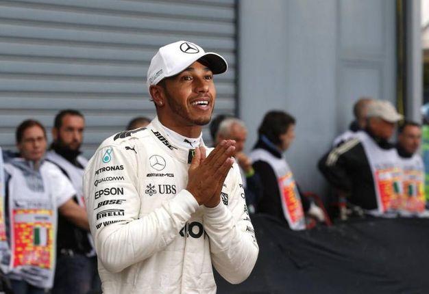 La gioia di Hamilton dopo aver ottenuto la pole numero 69 della sua carriera (Ansa)