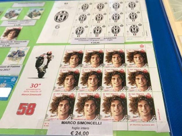Il francobollo dedicato a Marco Simoncelli (Foto Concolino)