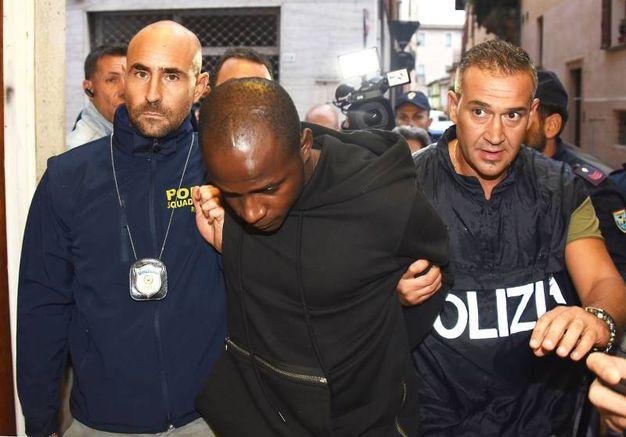 L'arresto di Guerlin Butungu, 20 anni, congolese, rifugiato residente a Vallefoglia (foto Migliorini)