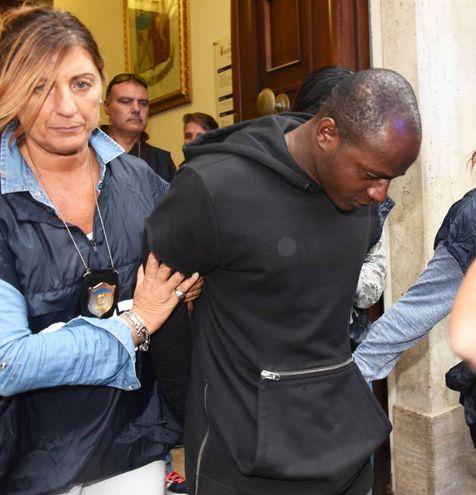 Guerlin Butungu esce dalla questura (foto Migliorini)