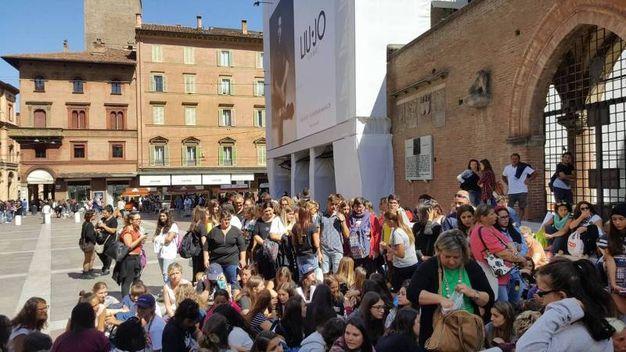 Tanti ragazzi già in fila davani alle transenne di piazza Maggiore