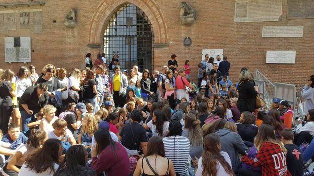 I ragazzi in attesa in piazza Maggiore