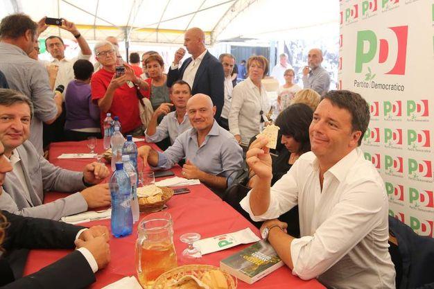 I militanti a pranzo con Matteo Renzi (foto Zani)