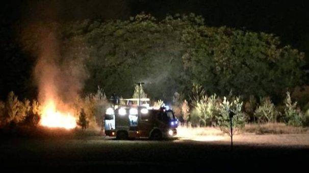 Un fotogramma dell'incendio nel parco di via Cavallotti