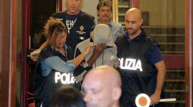 Un momento dell'arresto dei minorenni (Foto Ansa)
