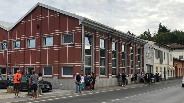 BERSAGLIO Persone davanti alla Sanitas di Crema struttura dove  vengono  svolte analisi cliniche