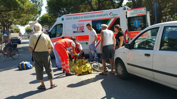 I soccorsi all'anziana (Foto Zeppilli)