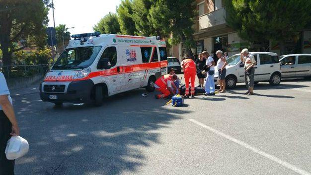 I soccorsi dopo l'incidente tra auto e bicicletta (Foto Zeppilli)