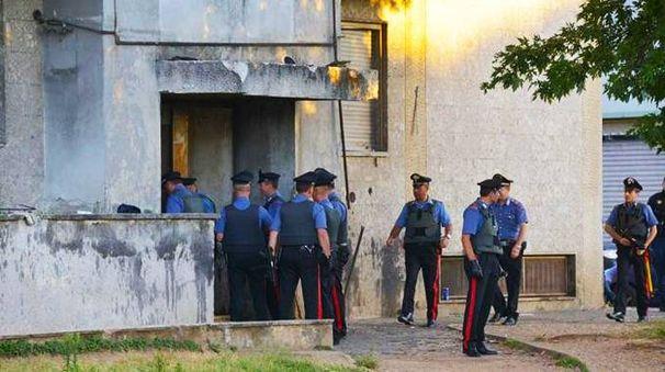 Una fase del lavoro investigativo dei carabinieri