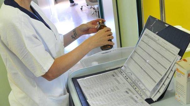 Un'infermiera al lavoro in un reparto ospedaliero (immagine di repertorio)
