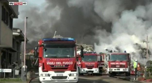 Il prefetto di Pavia, Attilio Visconti, è arrivato sul posto per coordinare le operazioni dei vigili del fuoco e delle altre autorità intervenute (Ansa)