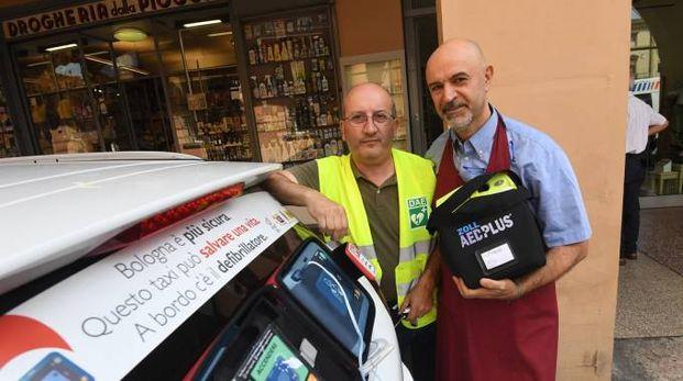 Il tassista e il droghiere che hanno salvato un uomo in via Galliera (foto Schicchi)
