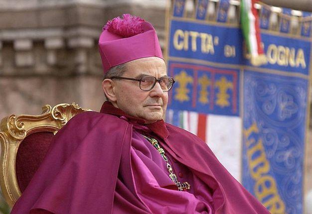 Carlo Caffarra al termine della cerimonia di insediamento del vescovo Zuppi (foto Ansa)