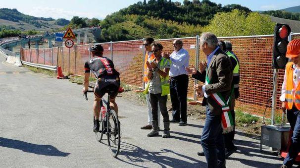 Il primo a passare è stato un ciclista (foto Calavita)