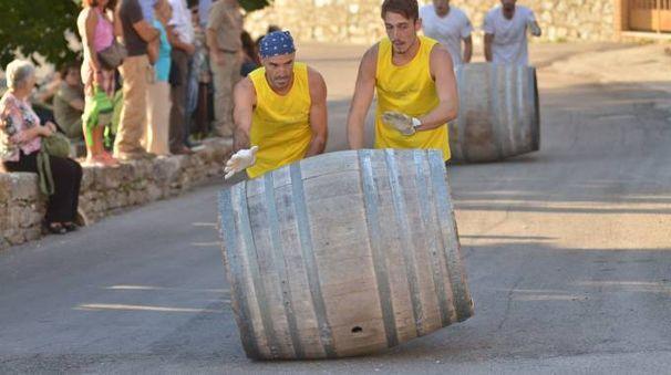 Corsa delle botti a San Gusmè in occasione del celebre Palio