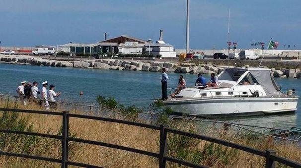 L'imbarcazione con 4 persone a bordo alla foce del Foglia sottoposta a controllo (Foto di Lorenzo Cortiglioni da Fb)