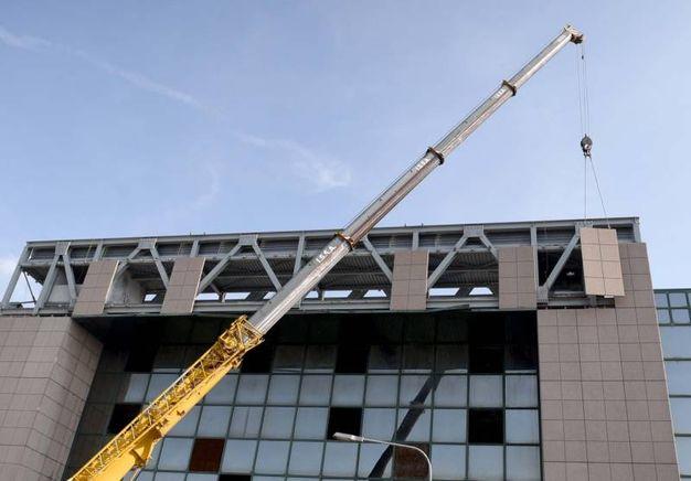 Gru al lavoro per demolire il Palazzo degli Specchi (Foto Businesspress)