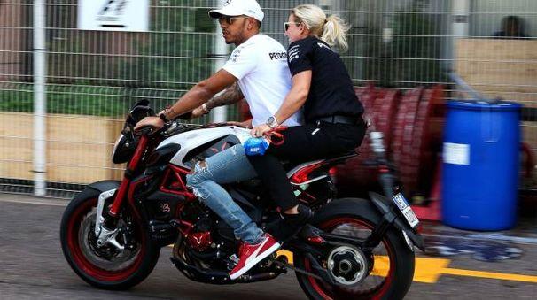 Lewis Hamilton su una MV Agusta