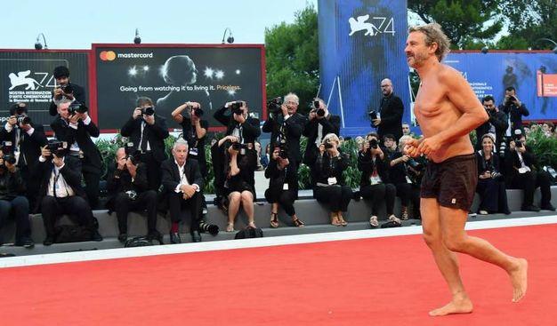 La performance a sorpresa del regista e fotografo Corrado Sassi (Ansa)
