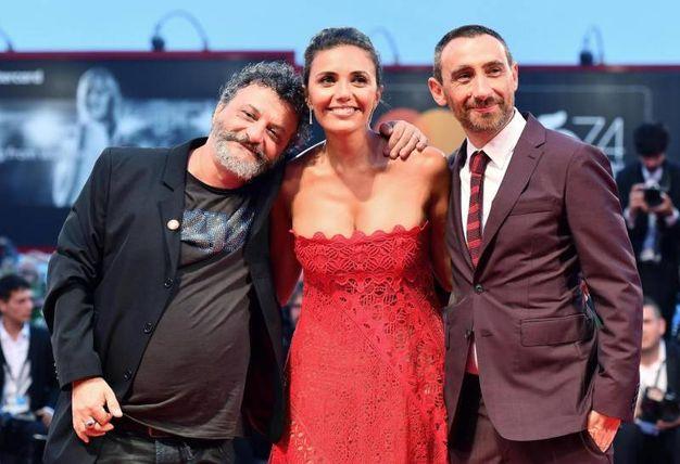Serena Rossi tra i registi Marco e Antonio Manetti (Ansa)