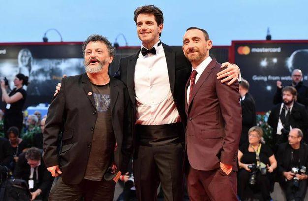 Giampaolo Morelli con i registi (Ansa)