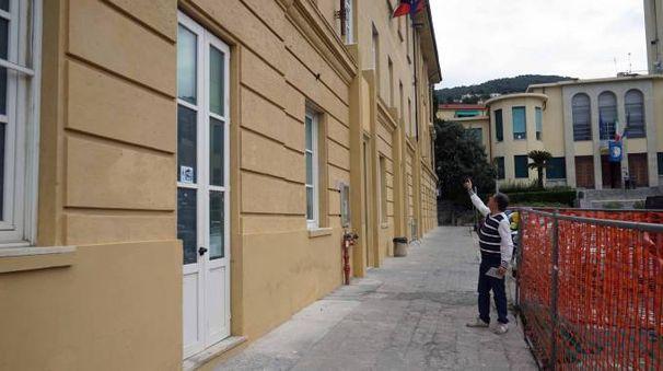 La scuola di Lerici dove è stata affissa la locandina minacciosa