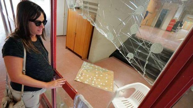 I vetri del gabbiotto dell'ingresso dell'istituto sono stati ritrovati rotti e sparsi a terra (foto Acerboni/Castellani)