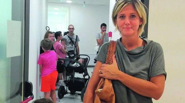 IN ATTESA Alessandra Ciccarelli; sullo sfondo genitori e bambini in attesa a Piediripa