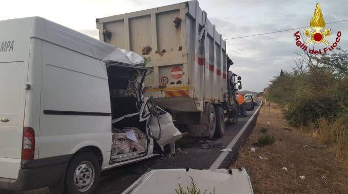 Furgone tampona camion dei rifiuti, un morto