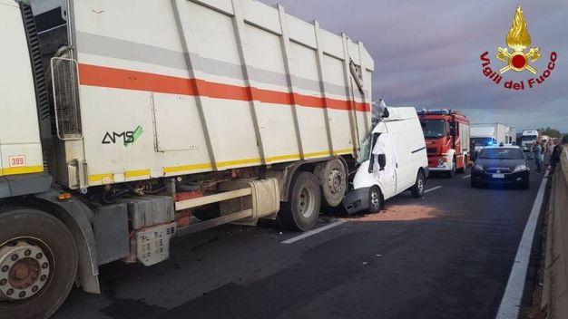Furgone tampona un camion della spazzatura: un morro