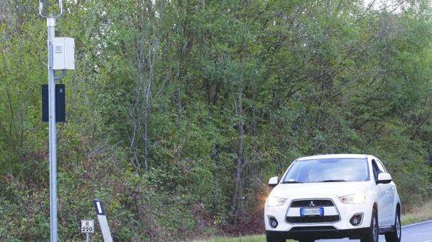 IL BLITZ  Ignoti hanno preso  di mira l'autovelox lungo la Cassia a Colle di Malamerenda, danneggiandolo a colpi di fucile: sono in corso indagini