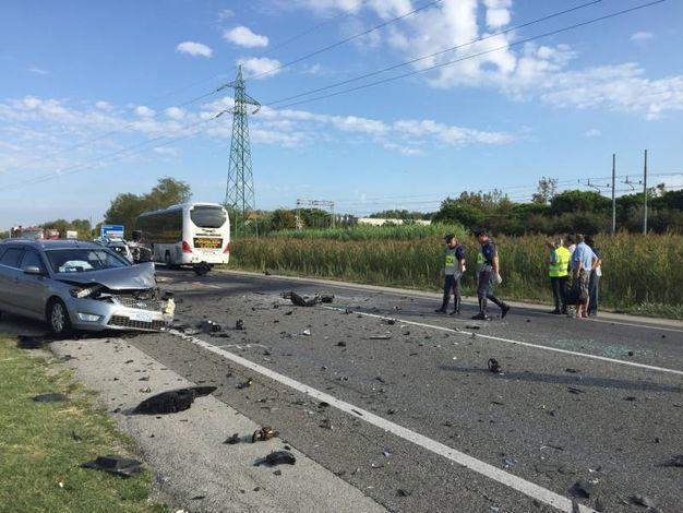 L'auto distrutta e il pullman che l'ha tamponata  (foto Mascellani)