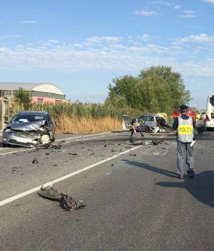 Le due auto che si sono scontrate frontalmente  (foto Mascellani)