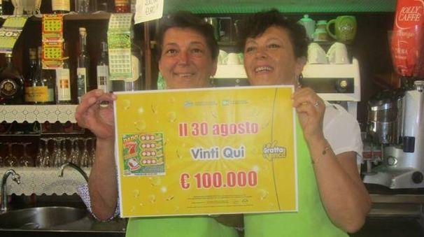 LA FESTA Le sorelle Paola e Donatella Turillazzi del bar tabaccheria edicola Gipsy bar di Ponte a Bozzone