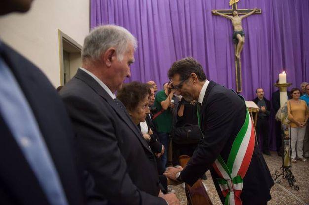 Il sindaco Virginio Merola alla camera ardente del cardinale Carlo Caffarra (Foto Schicchi)