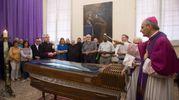 La camera ardente del cardinale Carlo Caffarra aperta dall'arcivescovo Matteo Zuppi (Foto Schicchi)