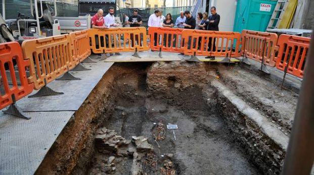 Gli scavi e la necropoli affiorata (Foto Alcide)