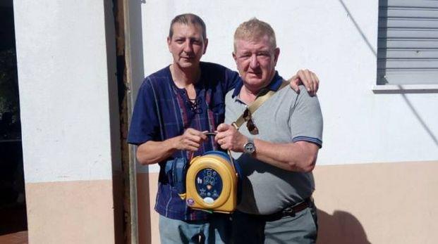 Il presidente del Comitato di quartiere de I Passi, Michele Fabozzi (a sinistra) e il dottor Maurizio Cecchini col defibrillatore