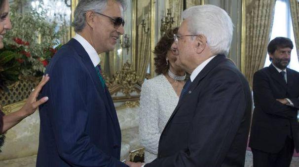 Il presidente della Repubblica Mattarella e il tenore Andrea Bocelli al Quirinale (Ansa)