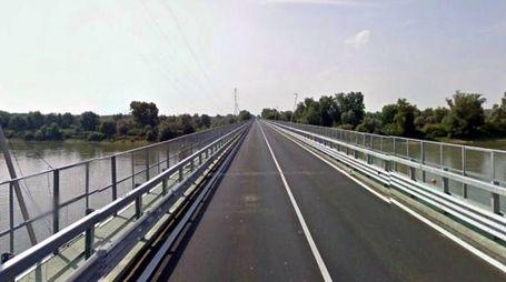 Chiuso al traffico di mezzi pesanti un ponte sul Po
