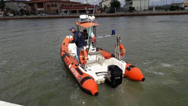 Il gommone della guardia costiera va al recupero del corpo (foto Businesspress)