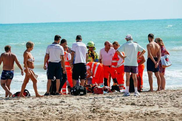 Lido di Fermo, i soccorsi all'anziano (foto Zeppilli)