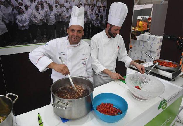 Gli chef all'opera (foto Schicchi)