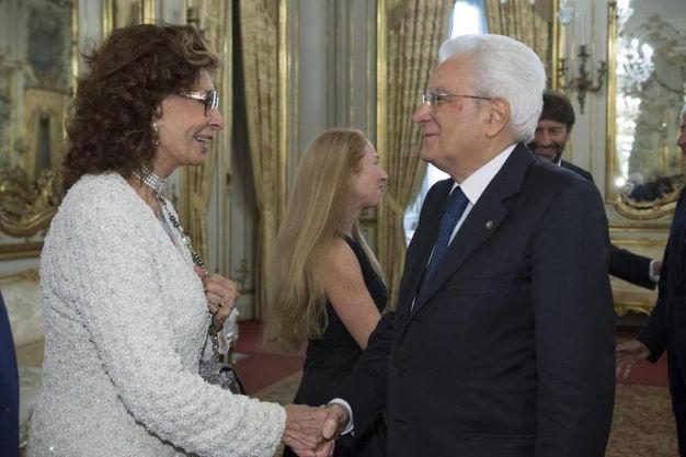 Il presidente della Repubblica Sergio Mattarella saluta l'attrice Sophia Loren (Ansa)