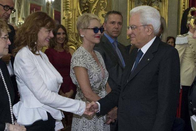 Il presidente della Repubblica Sergio Mattarella saluta l'attrice Susan Sarandon. Accanto Sharon Stone (Ansa)