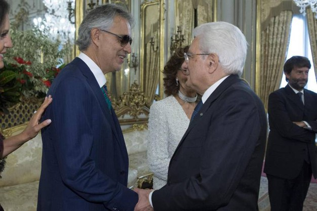 Il presidente della Repubblica Sergio Mattarella saluta il tenore Andrea Bocelli (Ansa)